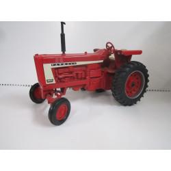 Tracteur FARMALL 806 ERTL 1/16 4406